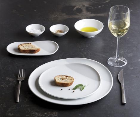 Společnost Kahla představila novou kolekci bílého porcelánu O, jejímž charakteristickým znakem jsou zvednuté okraje talířů. Usnadňují servírování  imanipulaci snádobím. Šálky jsou nadně apoobvodě opatřeny tenkými silikonovými kroužky, které zabraňují vyklouznutí zruky aumožňují držet išálek shorkým nápojem.