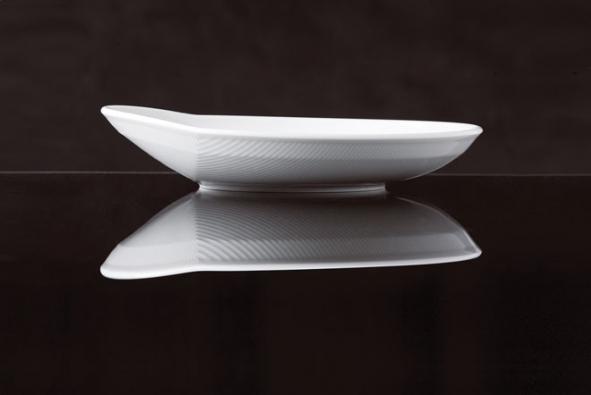 Spodní plochy talířků Kahla mají povrchovou úpravu nazpůsob engoby sjemným drážkováním, aby nádobí neklouzalo. Více nawww.kahlaporzellan.com