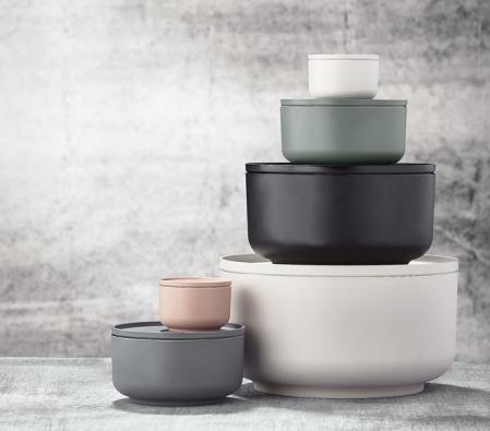 Sada nádobí Peili 3–in–1 nabízí univerzální řešení pro každou domácnost. Tvoří ji misky apokličky různých velikostí abarev, které slouží kvaření, pečení, servírování ikeskladování potravin ihotových pokrmů vchladničce ivmrazáku.