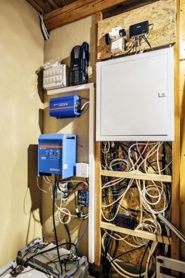 """Podle pana Černého se provozem potvrdilo, že tato elektrárna vyrobí povětšinu roku takřka plnohodnotnou náhradu energie sítě, ovšem při dodržení určitých pravidel: """"Vzimním období se musí více hlídat stav baterie, což je méně komfortní, pere se při lepším počasí avěci, jako je fén, jsou tabu."""""""