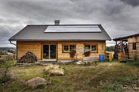 Pan Černý postavil energeticky soběstačnou dřevostavbu, doníž nevedou žádné kabely ani trubky zvenku, neplatí žádné inkaso. Voda je zvrtu, elektřina zostrovní fotovoltaické elektrárny, teplo ze slunce nebo ze dřeva vkamnech. Unikátní stavba  byla oceněna vrámci projektu Obnovitelné desetiletí.