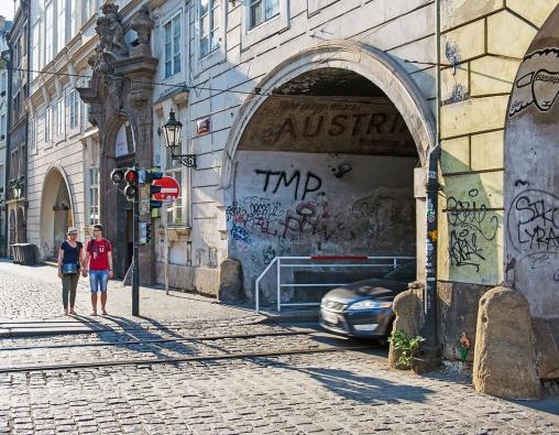Traumatická místa, která už přestáváme vnímat, byť leží nahlavní pražské turistické trase – královské cestě. Oto víc je ovšem vnímají návštěvníci metropole. Když už se nedaří zklidnit zde kolizní průjezdnou dopravu, měla by se alespoň věnovat pozornost uličnímu parteru.