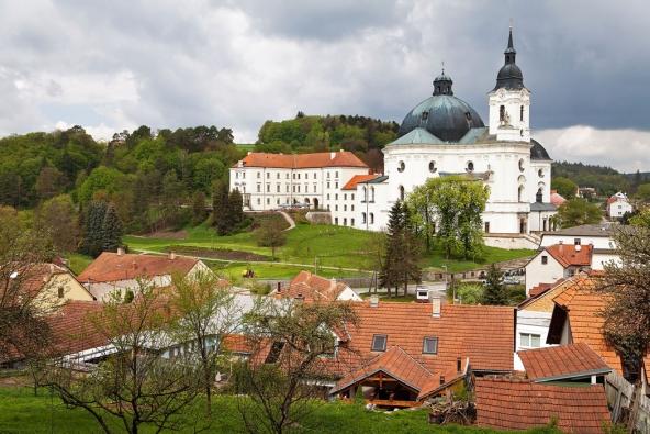 Santiniho poutní kostel Panny Marie veKřtinách naBlanensku dominuje malé obci, přesto sní vytváří harmonický celek.