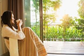 Počasí je vrtkavé a je čím dál méně rozumné spoléhat se na kalendář. Někdy se značně ochladí i v létě, nebo se nám naopak často nechce z terasy ani na podzim, a tak není od věci zapojit do hry venkovní topidla.