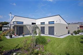 """""""Pultová střecha vkombinaci splochým zastřešením je zajímavější než množení bungalovitých chaloupek se střechou sedlovou, natož valbovou,"""" říká architekt domu Jan Rampich."""