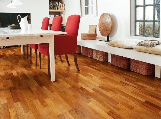 Quick-Step nabízí řadu laminátových, vinylových adřevěných podlahových designů. Nasnímku varianta podlahy zexotického dřeva Merbau pocházejícího zIndonésie.
