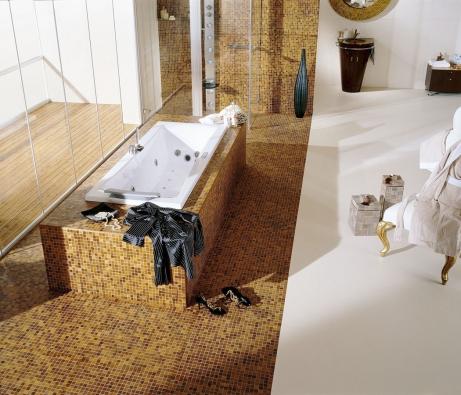Dřevěné mozaiky Mosaici d'Asolo (zde dřevina teak) slouží kobkládání kuchyňských linek či koupelen, vytváří se znich dekorace apodlahy. Jsou příjemné napohled inadotek (KPP)