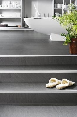 Dokonalá vinylová krytina Wineo DESIGNline, kolekce Nobile, dekor Calma Carbon. Splňuje parametry moderního designu ivysoké odolnosti proti opotřebení (KPP)