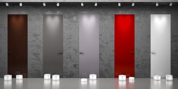 Velký efekt vinteriéru vytvoří například kontrast strukturované cementové stěrky  ahladkých jednobarevných dveří se skrytou zárubní (dveře Master, výrobce J.A.P.)