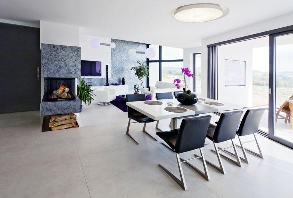 Společnému obývacímu prostoru rodinné vily odarchitekta Aleše Gadliny dominuje krbové těleso astěna zvýrazněné plastickou stěrkou smetalickým efektem.