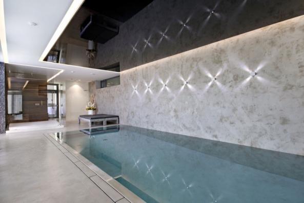 Hladké vodě odolné stěrky jsou ideálním povrchem nastěny apodlahy dobazénové haly,  ato zpraktických iestetických důvodů (rodinný dům vBrně, Němec – luxusní povrchy)