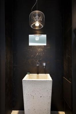 Betonepox® - Epoxidová stěrka, kterou vyvinula společnost Němec – luxusní povrchy, dokonale imituje vzhled pohledového betonu avyniká velkou trvanlivostí aodolností proti mechanickému opotřebení iproti vodě. Ideální domoderních koupelen, ale ijiných prostor. www.nemec.eu (2)