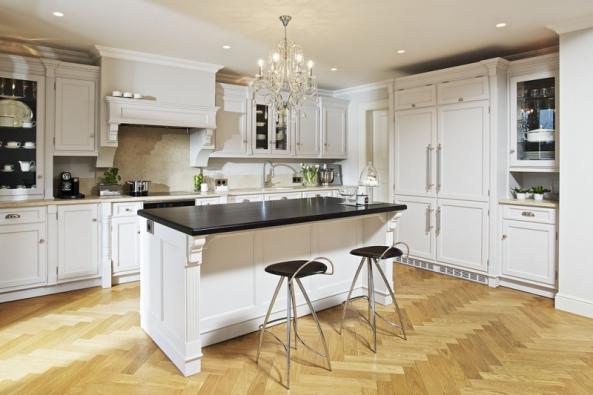 Elegantní klasika vdubovém provedení vbarvě London white. Kuchyňský nábytek vefalcovém provedení spřiznaným ozdobným pantem. Navrhl designér L. J. Hruštinec, Hš Rustikal stylové kuchyně