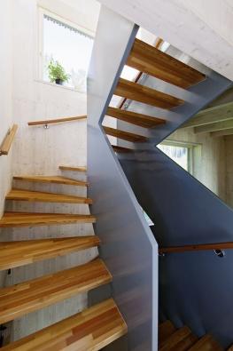 Snad nejoblíbenější atudíž inejrozšířenější varianta interiérového schodiště – dřevo vkombinaci sjiným materiálem. Právě dřevo dělá zryze funkčního prvku iprvek interiérový.