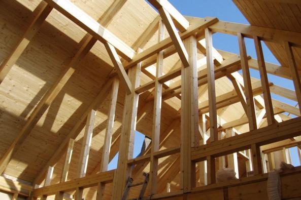 Dřevo je nedílnou konstrukční součástí naprosté většiny staveb. Nejvíce se využívá kmontáži krovů. Nasnímku je pohledový krov pod střešní skladbou (TOPDEK)