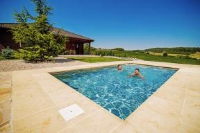Okolí bazénu je velmi důležité aprávem se říká, že bazén dělá okolí. Přírodní pískovec působí esteticky aje uživatelsky příjemný (MOUNTFIELD)