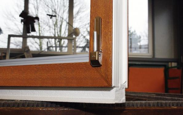 Aby okna odpovídala normám pro pasivní domy, měla by mít tři roviny celoobvodového těsnění aspeciální kování (DAFE-PLAST)