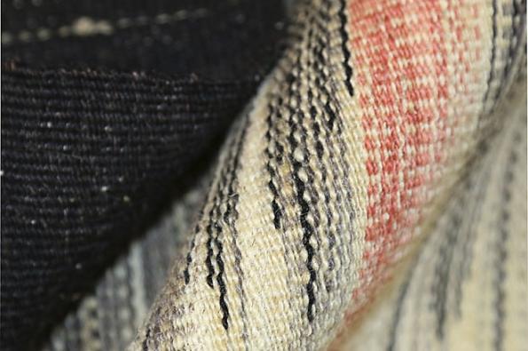 Společnost Edelgrund se zaměřuje natradiční perské koberce tkané bez vlasu. Nejnovější kolekce Alasht je tkaná ručně, ze 100% ručně zpracované perské vlny, barvené čistě rostlinnými barvivy. Designéři Ali aReza Lofti navrhli moderní design, který podtrhuje krásu aautentičnost této techniky. (1)