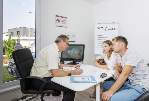 Ideální je poradit se ještě před koupí se specialisty. Renomovaní dodavatelé nabízejí poradenství svýběrem pozemku zdarma.