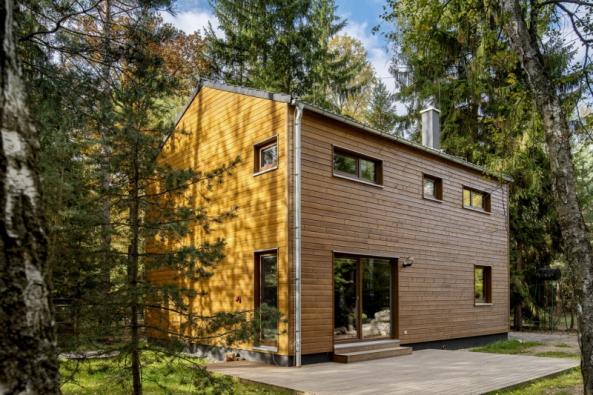 Montovaný dům KUBIS 632  sdispozicemi 5+kk představuje pohodlné rodinné bydlení. Termofasádu může krýt buď strukturální omítka, nebo dřevěný obklad (RD RÝMAŘOV)