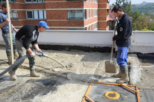 Čerpání lité cementové pěny do spádu (Foto: Českomoravský beton)