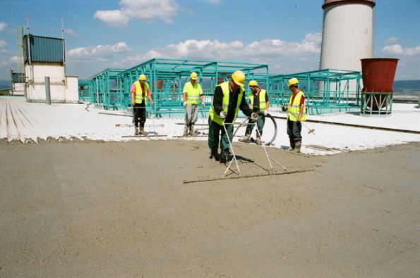 Realizace ploché střechy do spádu (Foto: Českomoravský beton)