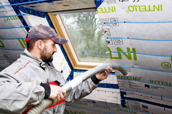 Zateplení nutně neznamená pouze lepení nebo vkládání izolantu mezi či nakonstrukční prvky krovu. Spolehlivou variantou je ifoukaná celulózová izolace Climatizer Plus (CIUR)