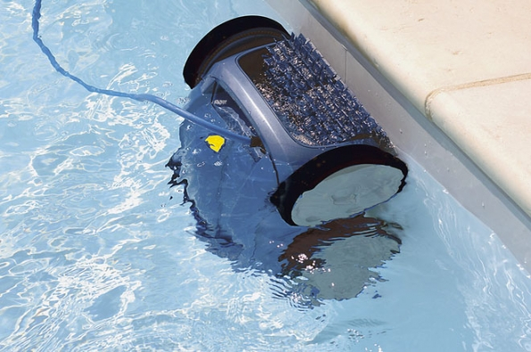 Bazénové vysavače mohou ušetřit spoustu starostí. Jednou zvýhod je takzvaný vortex efekt, který vytváří silný vír uvnitř filtru. Nečistoty jsou shromažďovány vseparátní komoře, která se nachází vhorní části zařízení (ALBIXON)