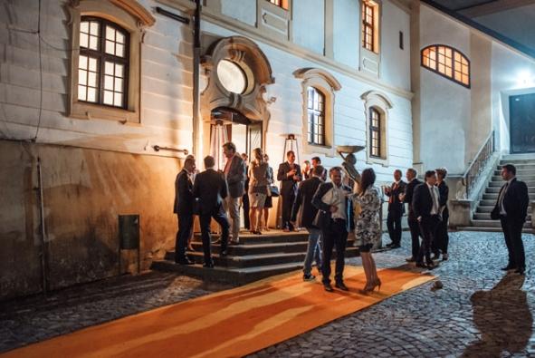 25. jubileum bylo vhodnou příležitostí k slavnostnímu setkání na zámku v Mikulově a k poděkování majitele pana Dipl.-Ing. Vladimíra Heluze významným obchodním partnerům, kteří úspěch společnosti HELUZ v uplynulých letech spoluvytvářeli.
