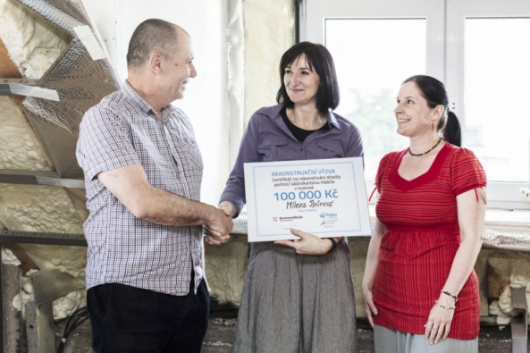 Koncem loňského roku se paní Milena Špůrová rozhodla zkusit své štěstí a přihlásila rodinný projekt rekonstrukce podkroví domku nedaleko Kladna do Rekonstrukční výzvy vyhlášené společností Rigips. Minulý měsíc jí zástupci společnosti Rigips a vydavatelství Business Media CZ předali výherní certifikát a rekonstrukce propukla naplno.