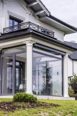 Majestátní průčelí, klasické tvary sloupů, přesné linie říms ašambrán, propracované zábradlí, vše vdokonalém řemeslném provedení, reprezentují  univerzální nadčasové hodnoty, které dům nabízí spolu snejmodernějším technickým řešením.