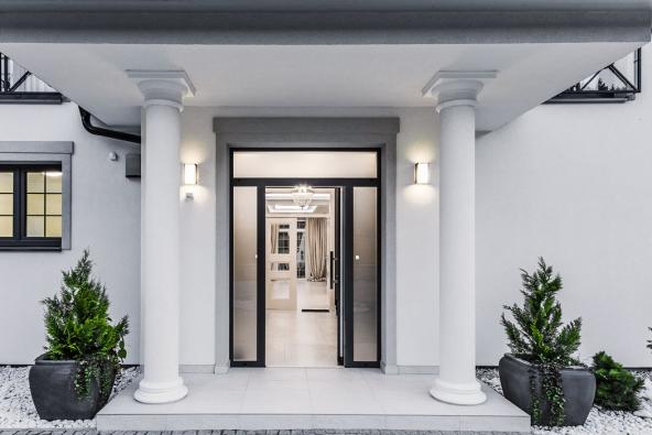 Architektonická kompozice je založena nasymetrii, přehlednosti avolných otevřených průhledech. Již odvchodových dveří lze dohlédnout přes útulnou vstupní halu dospolečného obývacího prostoru adále do zimní zahrady.