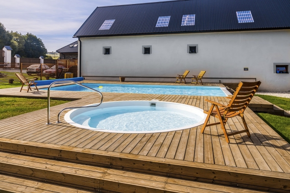 Hotelový komplex je pozoruhodný tím, že využívá více obnovitelných zdrojů aenergeticky šetrných technologií najednou.