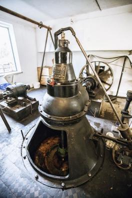 Historická vodní turbína sgenerátorem pochází způvodního inventáře mlýna. Navýrobě elektřiny se podílí až dodnešních dnů apohání vodní elektrárnu oinstalovaném výkonu 22 kW.