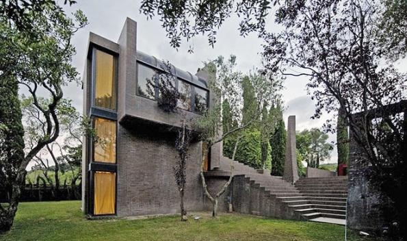 Rodinný dům odRicarda Bofilla zroku 1973 vMont-ras poblíž pobřeží Costa Brava vychází ztradic katalánské architektury aje citlivě zakomponován dokrajiny plné sadů.