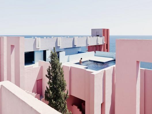 Moderní bytový komplex snázvem La Muralla Roja podle návrhu Ricarda Bofilla bývá často dáván zapříklad konstruktivistické architektury. Ceněna je jednoduchost bez jakýchkoli zdobných prvků, vzájemně propojená nádvoří, terasy sbazény asaunami, apředevším dokonalá geometrie, která vychází způvodní maurské architektury.