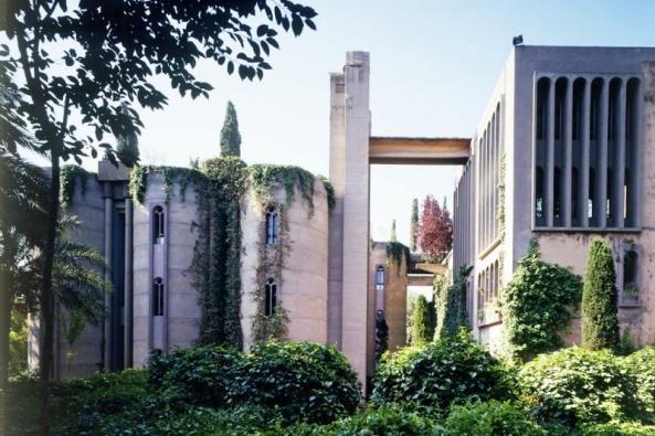 Rozsáhlý areál bývalé cementárny poblíž Barcelony měl být zbourán. Ricardo Bofill ho proměnil vrozsáhlý projekt La Fabrica, který tvoří jedinečnou kulisu pro Bofillovo studio Taller de Arqitectura (RBTA). Komplex představuje nejrůznější směsici stylů odsyrového brutalismu až posubtilní minimalistickou architekturu. Nechybějí tu ani kanceláře, obytné budovy, stylové restaurace, umělecké galerie azahrady.