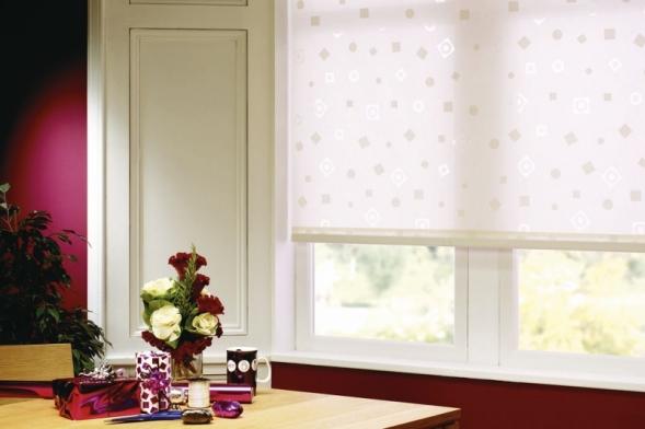 Látkové rolety představují jednoduchý astavebně nenáročný způsob, jak výrazně zmodernizovat aoživit interiér azároveň se uchránit před sluncem ipohledy zvenčí (CLIMAX)