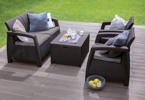 Zahradní nábytek zahrnuje stoly, stolky, židle, křesla, lavice ilehátka. Designově nápadité prvky zahradu zútulní aposkytnou skvělé místo pro relaxaci (HORNBACH)