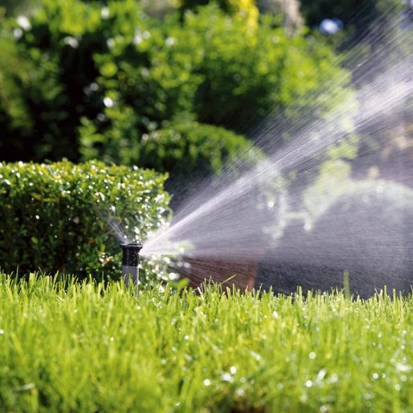 Podmínkou pro příjemnou relaxaci na zahradě jsou zdravé rostliny atrávník. Firmy nabízejí skvělá řešení pro zavlažování, rozvody ačerpání vody či automatické zavlažování (GARDENA)