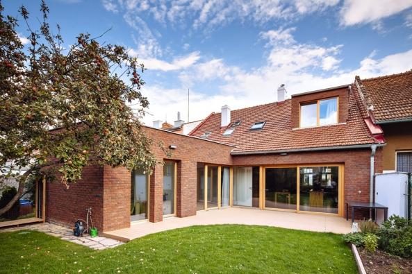 Největší změnu vrámci rekonstrukce představuje rozšíření domu opřístavbu směrem dodvora.