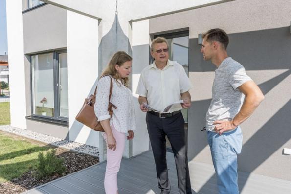 """Vzorové centrum rodinných domů je vizitkou dodavatelské firmy. Získáte tu poznatky a odborné informace nejen o konkrétním domě, ale i o podmínkách, průběhu výstavby, možnostech financování a o všem ostatním, co vás zajímá, a to """"pod jednou střechou"""". (www.cvzd.cz)"""