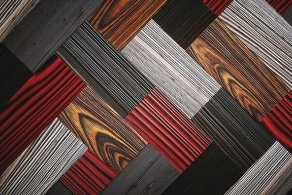 Kdo by neznal parkety! Společnost Havwoods jim ale dala zcela nový švih. Barevně kontrastní zpracování v kouřových tónech s plastickým reliéfem povýší parketovou podlahu z masivního dřeva na výrazně dekorativní prvek. Na povrchovou úpravu výrobce využívá starou japonskou techniku Shou Sugi Ban, která spočívá v opálení a poté kartáčování zuhelnatělého povrchu dřeva. Materiál (v tomto případě borové dřevo) tak získá velkou tvrdost a odolnost. Parketové desky lze použít v interiéru, v exteriéru, ale i na obklad nábytku či stěn. Více na www.havwoods.co.uk