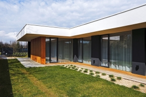 Jak postavit nadlouhém pozemku dům svnitřním atriem? Zpočátku trochu nelogické zadání, které vycházelo zpožadavku soukromí, se stalo pro architekty výzvou.