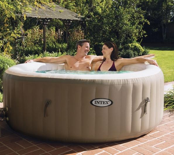 Nafukovací vířivka PureSpa Bubble HWS 800 je vybavena bublinkovou terapií se 120tryskami apojme čtyři osoby. Voda se ohřeje až na40 °C (MOUNTFIELD)