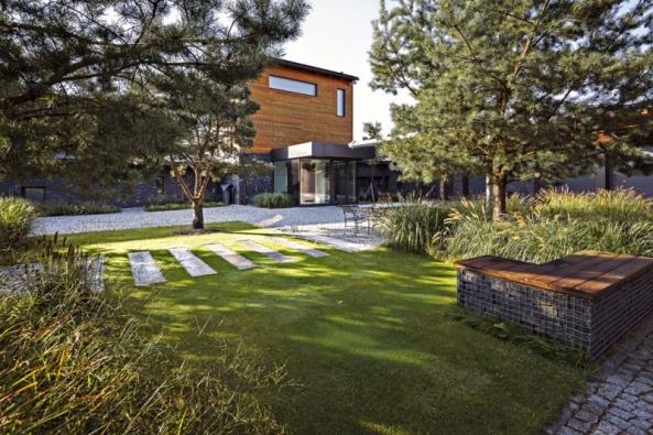 Vnitřní dvůr je řešen geometricky vnávaznosti narodinný dům. Vrastru se objevují borovice jako signifikantní prvek celé zahradní kompozice.