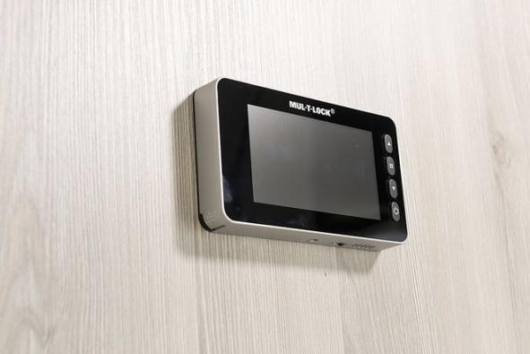 Detail: Vchodové dveře GOLIAS skrásnou dýhou (ořech sukatý) spojují krásu a bezpečí. Masivní konstrukce, třída bezpečnosti RC3, zvukotěsnost 43 dB apožární odolnost 30 min. zajišťují maximální ochranu. Digitální kukátko spaměťovou kartou zaznamenává dění přede dveřmi (SAPELI)