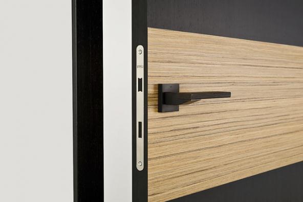 Magnetický zámek zajišťuje pohodlné otevírání azavírání aje takřka neviditelný. Skvěle doplní bezfalcové dveře (nafotu model Tenga, SAPELI)