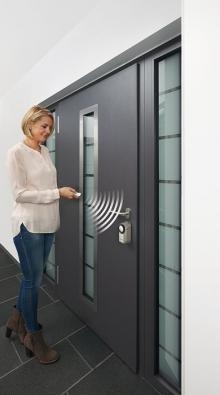Elektronický zámek nadálkové ovládání je nejpohodlnější ataké nejbezpečnější způsob otevírání vchodových dveří (Hörmann)