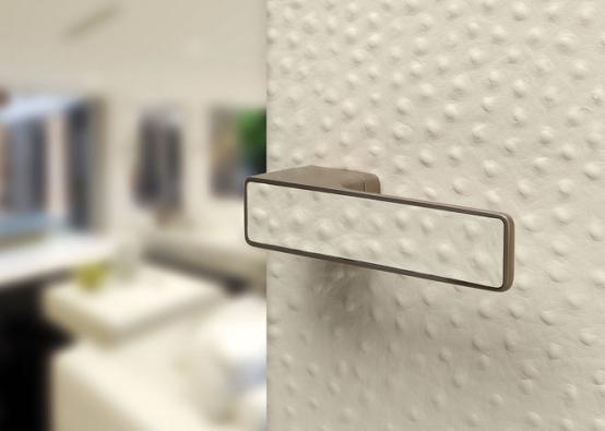 Kliku MAXIMAL je možno dokonale sladit spovrchem dveří, ať už je lakovaný, dýhovaný, metalizovaný či zjiných materiálů. Nafotografii je provedení krémová kůže (vyrábí M&T)